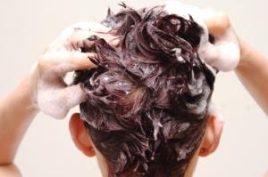 Laver ses cheveux : les alternatives au shampoingclassique